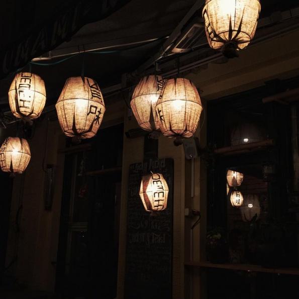 De lampionnen buiten Umami