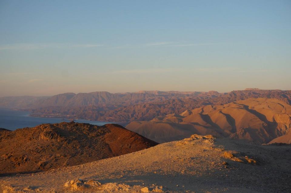 EILAT - Het aller zuidelijkste puntje van Israël - Eilat - heeft meer te bieden dan strand. Onze couchsurf host nam ons mee op sleeptouw voor de zon op kwam, om zonsopgang te bekijken vanaf een bergtop. We keken uit op Egypte, Saudi Arabië, Jordanië en Israël zelf.
